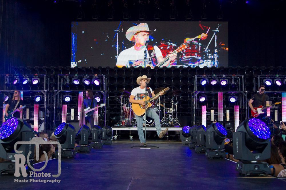 Dustin Lynch at Klipsch Music Center in Noblesville, IN | Photo by John Reasoner